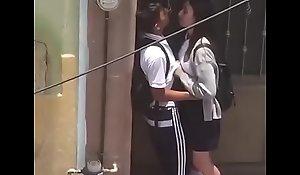 Casal se pegando na rua