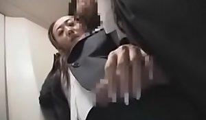ممارسة الخنس في المصعد