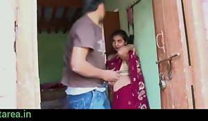 Gaon ki bhabhi ki saare uthakar chod diya-indian townsperson sex